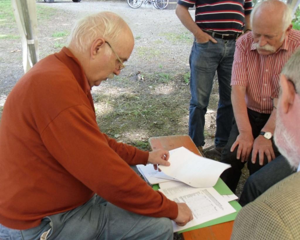 Helmut Kraft zeigt Rudolf Bindig seine Bestandsaufnahme der Vogelarten