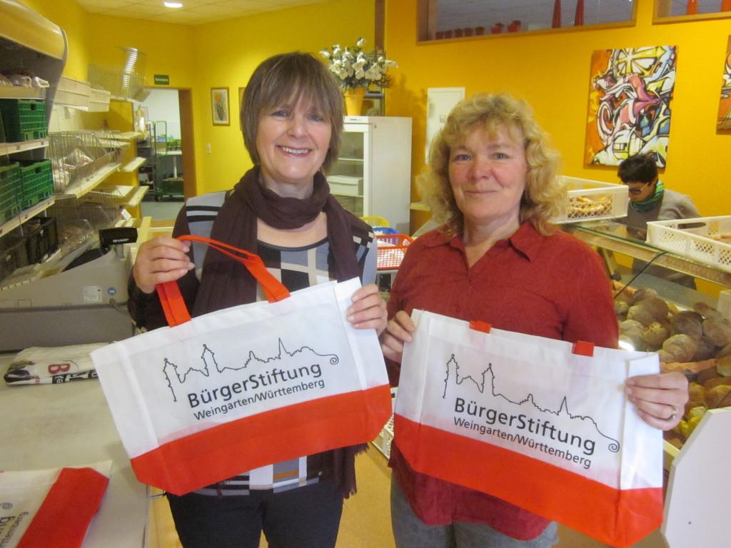Regina Kollmann und Rita Freyer bei der Übergabe der Einkaufstaschen am 4. November 2016